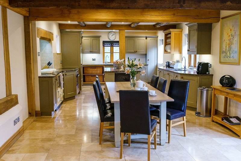 Sleeps 8 (+11), 5* Gold, Luxury, Beautiful, Clean Cottage in beautiful location, vacation rental in Herefordshire
