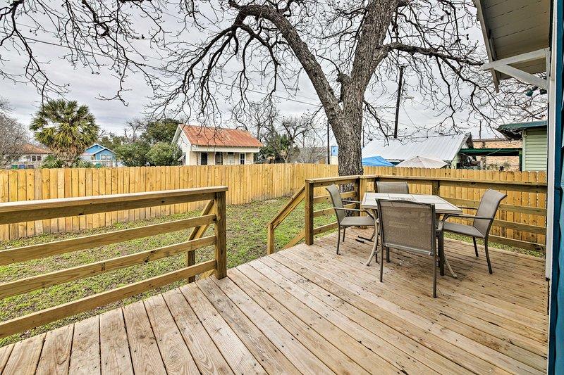 Disfrute de una comida o una bebida en el patio privado mientras su cachorro juega en el patio.