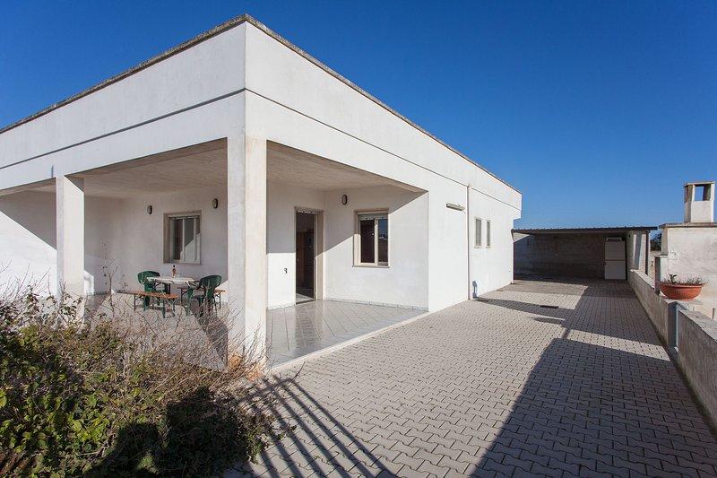 Villetta con 3 camere letto e 3 bagni m159, holiday rental in Torre Lapillo