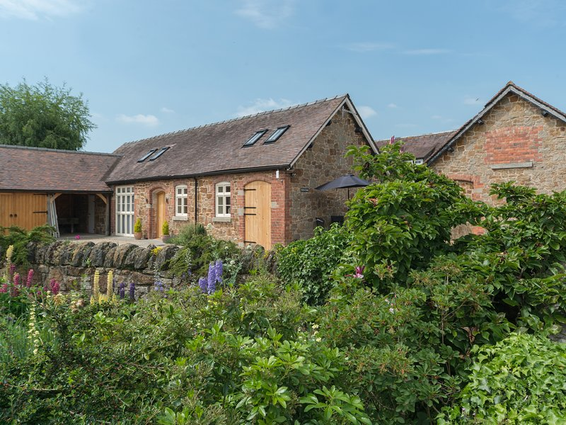SWALLOWS COTTAGE, semi-detached, two bedrooms, patio, WiFi, Harley, Much, holiday rental in Pitchford