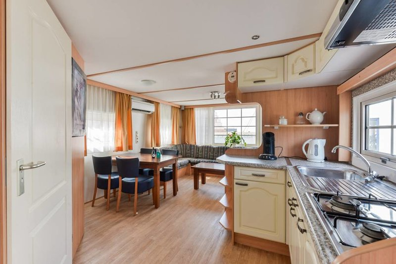 Chalet at the beach with FREE PARKING, vakantiewoning in Zandvoort