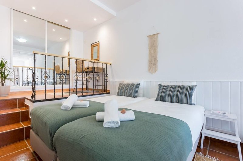 Quinta da Liberdade Studio 1 (sleeps 3 & baby), holiday rental in Almadena