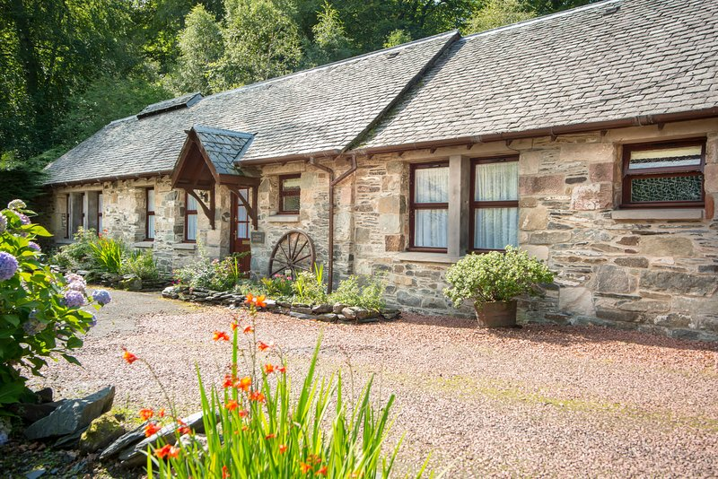 Craigton Smiddy, Luss, Loch Lomond, traditional detached cottage, vacation rental in Rowardennan