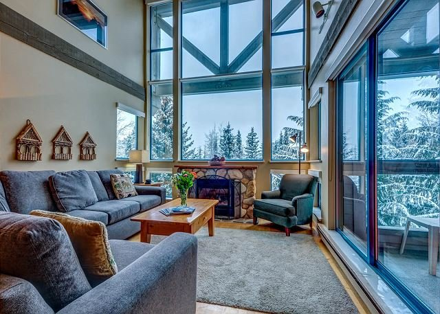 Acer Vacations | Luxury 2 Bedroom and Loft Greystone Lodge with AC and WD, holiday rental in Whistler