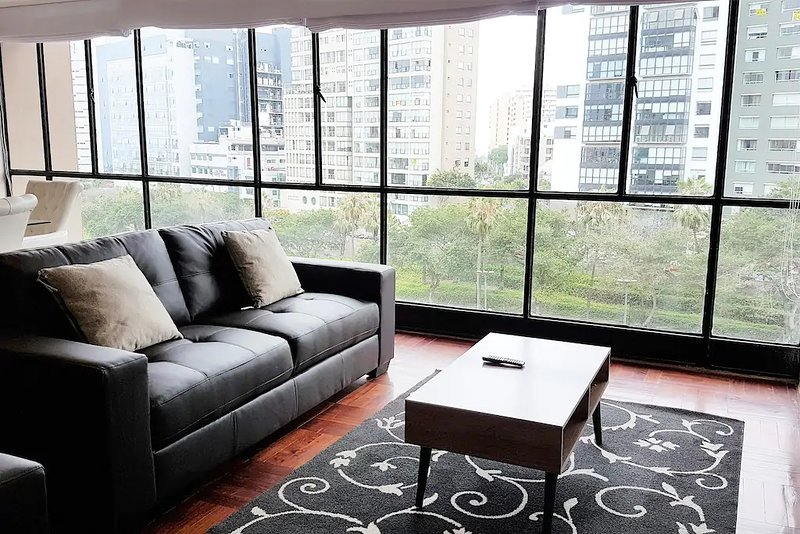 Living Room: Comfortabele lounge met grote ramen