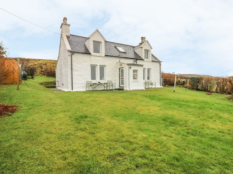 8 HERBUSTA, woodburner, exceptional views, near Uig, holiday rental in Kilmaluag