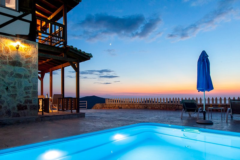 Villa Minuartia With Spectacular Views & Private Pool, holiday rental in Dragano