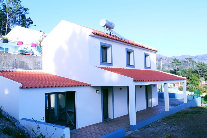 Casa Pinto | Secluded Countryside Vacation House | Free WIFI Parking and BBQ, location de vacances à Jardim do Mar