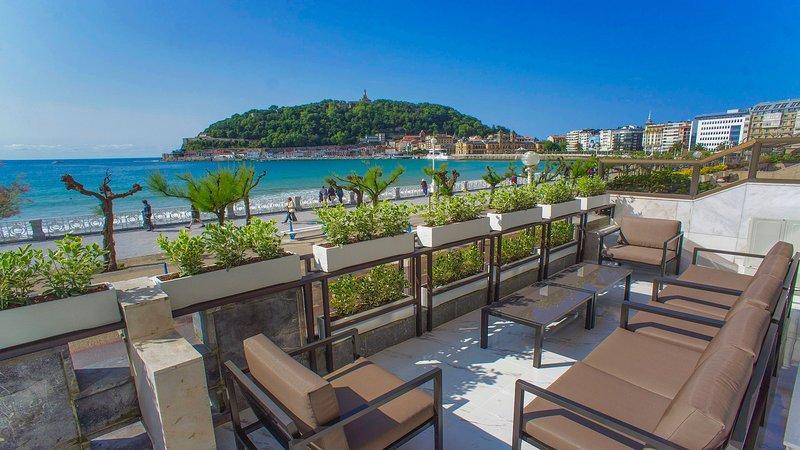 La terrasse et la plage de la Concha. Appartement à San Sebastian