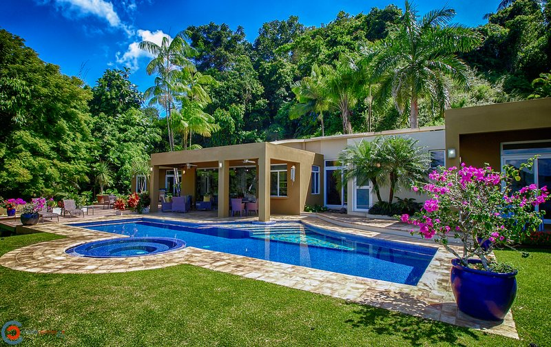 Welcome to Casa Oasis! Inviting lap pool with plenty of outdoor living. Only 10min to the beach!