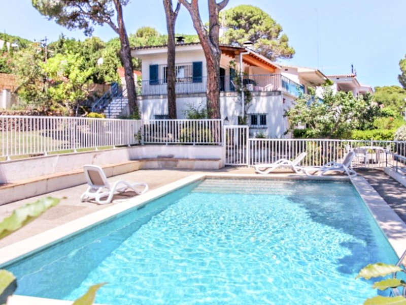 Villa Alzines, house with LARGE PRIVATE POOL and GARDEN, TERRACE with 5 bedrooms, vacation rental in L'Escala