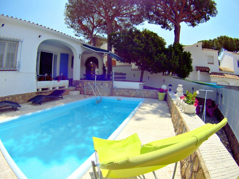 Villa Roger, PRIVATE POOL, EQUIPPED TERRACE, PING TABLE - PONG, 6PAX, holiday rental in L'Escala