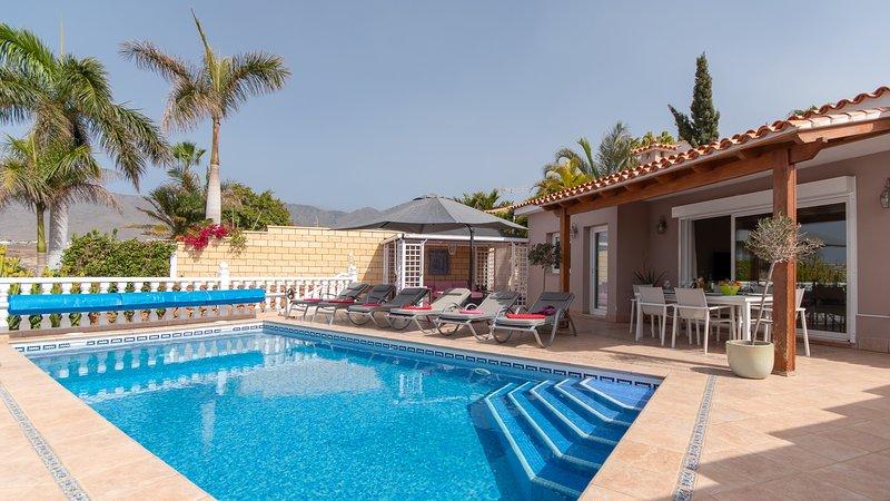 Villa Cora. Attractive 4 Bedroom Villa. Private Heated Pool. Playa Del Duque., alquiler de vacaciones en Adeje