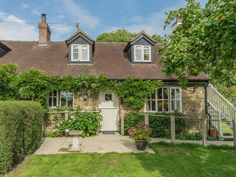 CRISPEN COTTAGE, character holiday cottage, with a garden in, holiday rental in Rushbury
