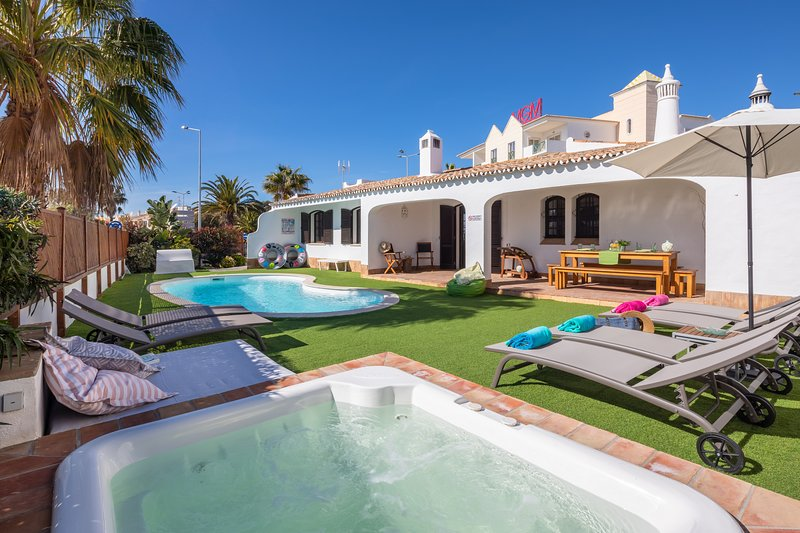 Charming Villa, top location, pools, unique inner courtyard, panoramic terrace, vacation rental in Albufeira