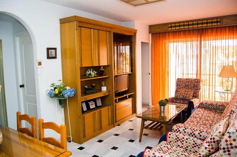Apartamento con cochera incluida y a menos de 4 minutos andando de la orilla, holiday rental in La Herradura