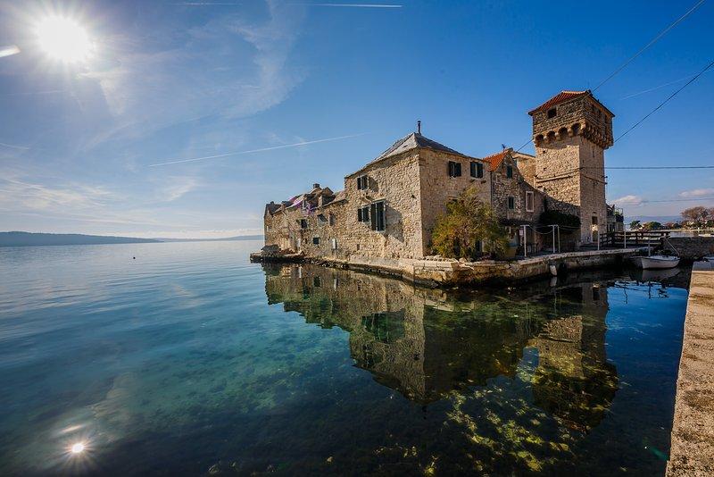 WATER CASTLE NEAR SPLIT IN DALMATIA, THE SECRET GEM OF CROATIA, aluguéis de temporada em Kastela
