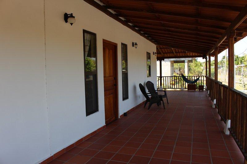 Hermosa costumbre de 3 dormitorios y 2 baños en el corazón de Pedasí. A pie de restaurantes y tiendas en la ciudad.