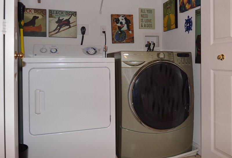 Full size washer/dryer.