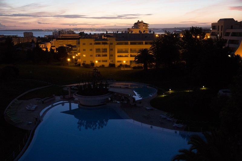 innan han återvänder för att beundra solnedgången över Vila Marachique och Lagos Bay