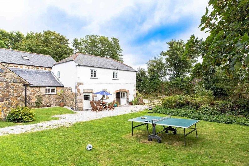 Cob Cottage at Higher Tregidden, holiday rental in Newtown-in-St-Martin