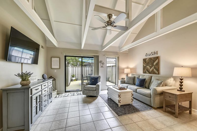 Bright and Airy 2 Bedroom Pet Friendly, Queens Grant, vacation rental in Hilton Head
