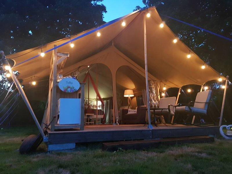 Tulip - Luxury Couples Glamping Cornwall -Primrose Farm Holidays, location de vacances à Three Burrows