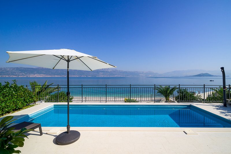 Beachfront Apartment Lemonade with Pool III, holiday rental in Slatine