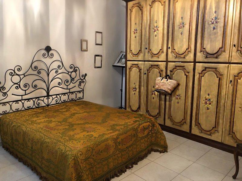 Casa signorile in centrio con parcheggi gratuiti nella tranquilla pianura padana, vacation rental in Quistello