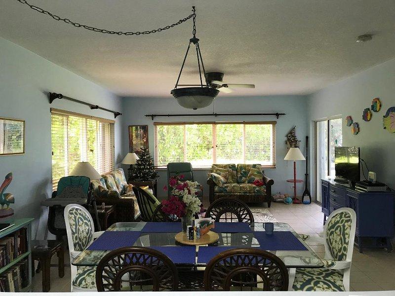 Vista de nuestro comedor y sala de estar con lanai a la derecha. HDTV y sofá cama en LR con mucho sol!