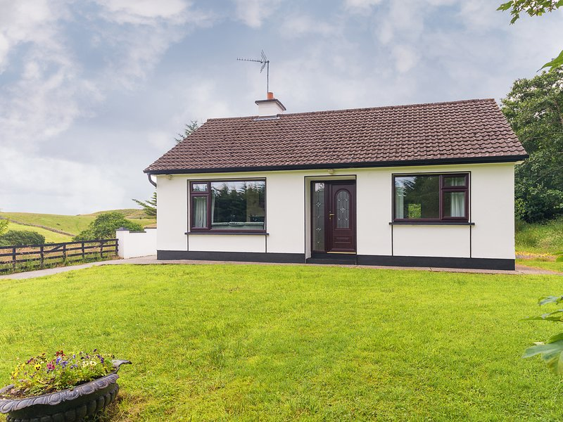 THE HARE'S LEAP, pet friendly, country holiday cottage, with a garden in, Ferienwohnung in Westport