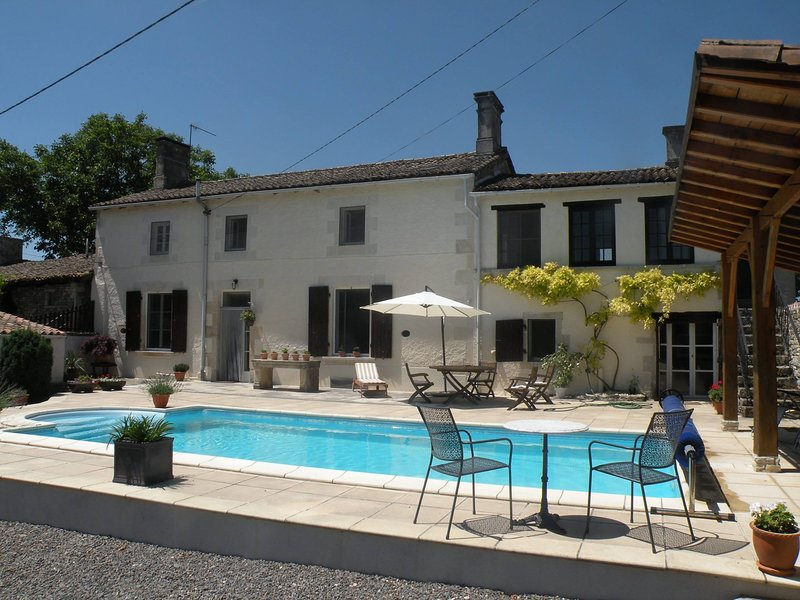TRADITIONAL FARMHOUSE WITH PRIVATE POOL IN ENCLOSED COURTYARD, holiday rental in Brux