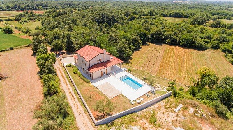 Amazing Villa Sunset 4 bedrooms private pool, alquiler de vacaciones en Sveti Lovrec