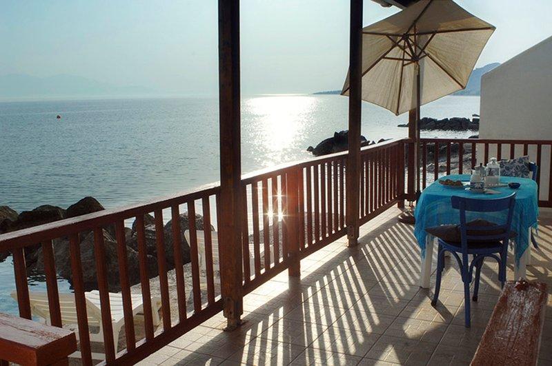 Paradise House right on the Sea!!, alquiler de vacaciones en Trikala