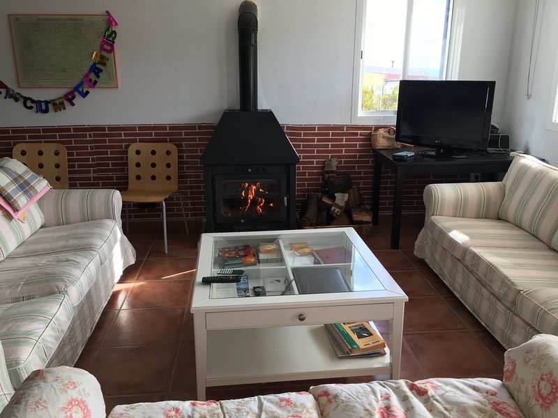 CASA INDEPENDIENTE, TOTALMENTE EQUIPADA, CON JARDIN, BARBACOA, CHIMENEA Y VISTAS, vacation rental in El Castillo de las Guardas