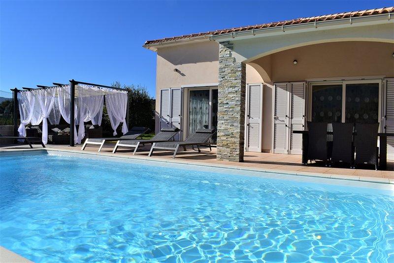 Villa Katia plein pied avec piscine chauffée, holiday rental in Santo-Pietro-di-Tenda