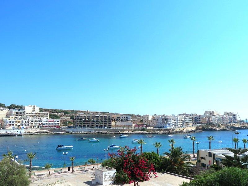 New seaview apartment (3) close to beach, air-conditioned, location de vacances à Marsascala