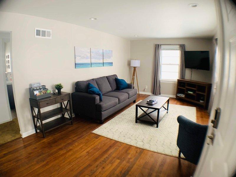 Brand New! The perfect getaway - fully stocked, aluguéis de temporada em Olathe