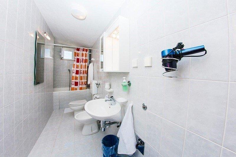 A4(4+1): bathroom with toilet