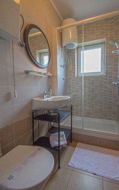 A6 (4 + 1): bagno con WC
