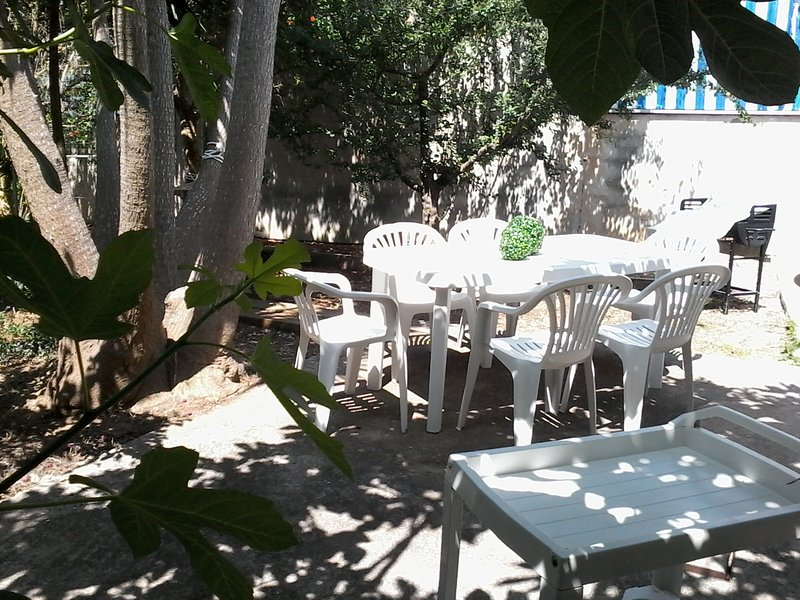 casa di 60 mq con giardino fornita di box doccia esterna, holiday rental in Villaggio Boncore