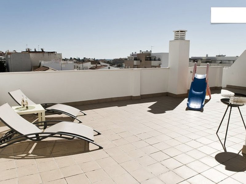 Penthouse Beach Pool AC Wifi BBQ 2BR WIFI, location de vacances à Torre de Benagalbon