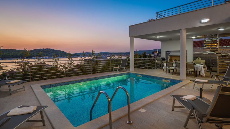 Luxury Villa Jasmin with Pool, vacation rental in Rogoznica