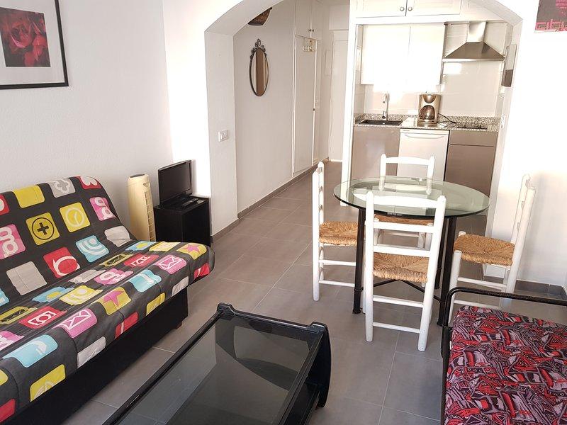 GB ESTUDIO DE 4 PLAZAS CON TERRAZA, PISCINA/TENIS, holiday rental in Roses