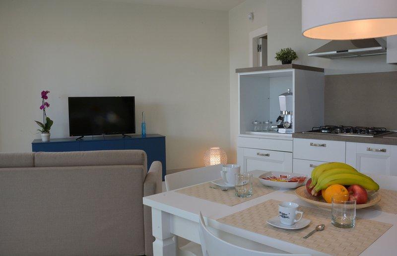 One bedroom Apartment: Soggiorno con divano letto e Cucina attrezzata open Space.