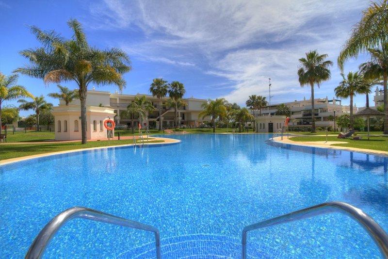 Apartamento de vacaciones en Puerto Banús (Lorcrimar) en alquiler, con piscina en forma de laguna y gran terraza.
