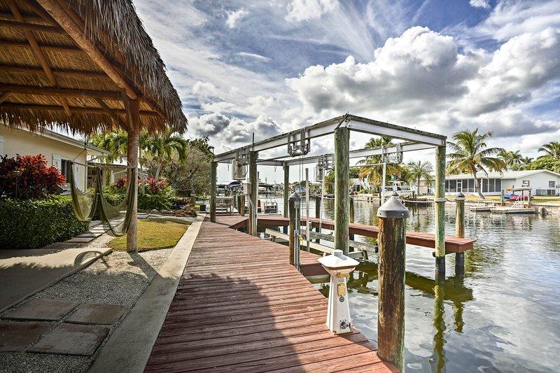 Questa casa dispone di un molo privato, di un ponte per le barche e di un patio coperto.