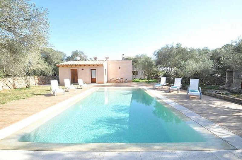 Finca CAN FOSQUET- Rustic house with pool and tennis court in Cala Pi Area Resid, holiday rental in Son Antem