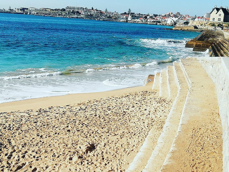 Spacious, sunny, well equipped large apartment with pool. walk to Cascais beach – semesterbostad i Estoril