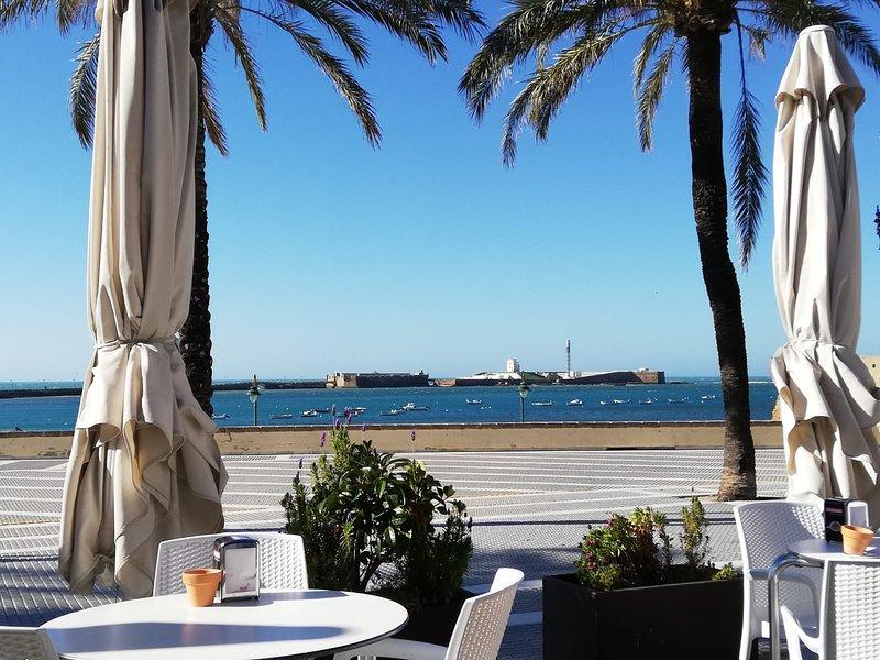 Apartamento completamente reformado con vistas al mar y a 50 metros de la playa, casa vacanza a Cadice